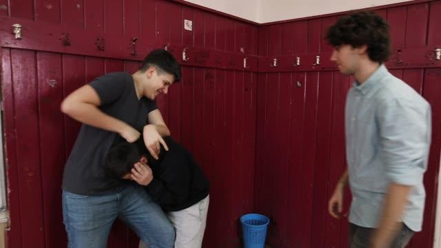 vidéos et rushes de les adolescents intimident leur camarade de classe dans une salle de cours secondaire tandis que les filles prenant des coups avec la caméra - prise avec un appareil mobile