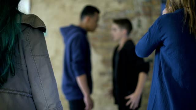 vídeos de stock, filmes e b-roll de adolescentes brigando, bullying e auto-defesa, violência, turva fundo - autodefesa