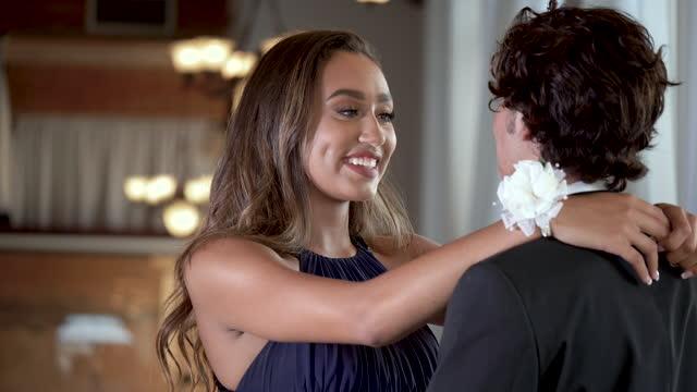 tonårspar klädd för bal, långsam dans - aftonklänning bildbanksvideor och videomaterial från bakom kulisserna
