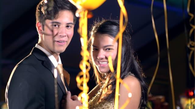 vídeos y material grabado en eventos de stock de pareja adolescente divirtiéndose en el baile, bailando - baile de estudiantes de secundaria