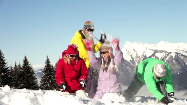 10 代の家族が雪の戦い山 ビデオ