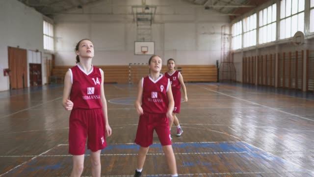 青少年女子籃球隊在培訓班上的比賽 - 女孩 個影片檔及 b 捲影像