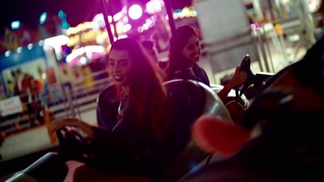 Teenage Freunden stürzt beim Autoscooter fahren im Freizeitpark – Video