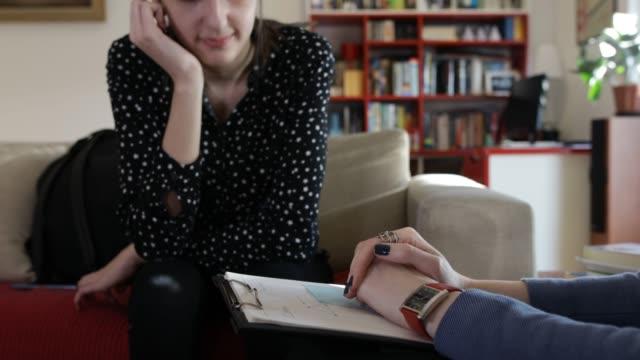 vidéos et rushes de adolescente à la psychothérapie - thérapie alternative