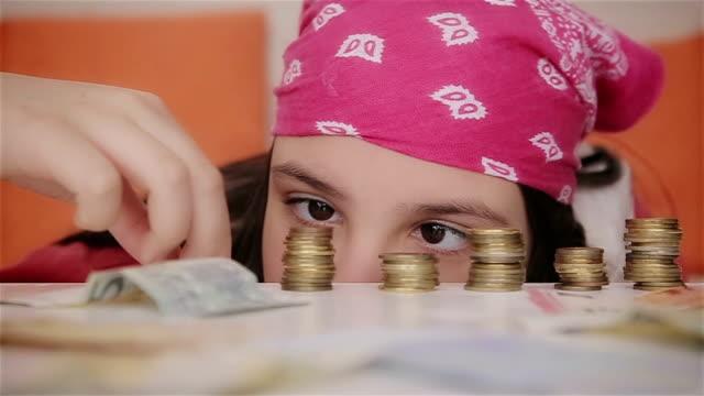 tonårs flicka räkna pengar, närbild - lön bildbanksvideor och videomaterial från bakom kulisserna