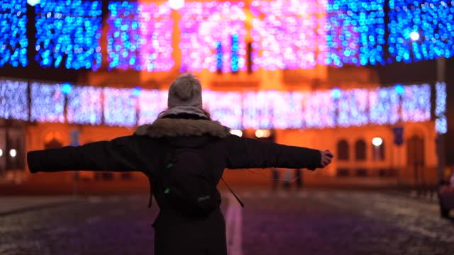 クリスマスの夜に踊る 10 代の少女 - 十二月点の映像素材/bロール