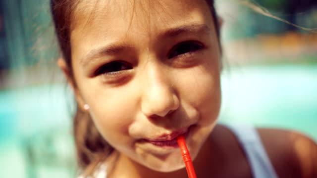 tonårig flicka dricka saft - sugrör bildbanksvideor och videomaterial från bakom kulisserna