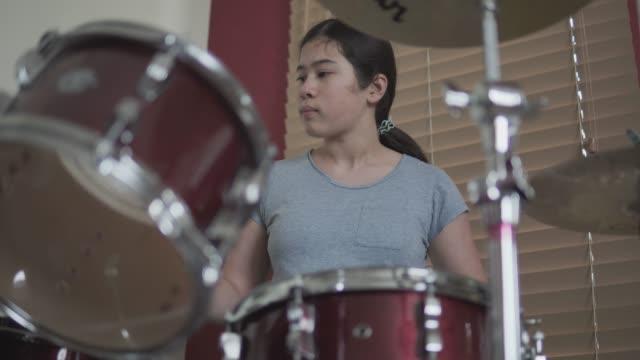 tonårsflicka trummis - trumset bildbanksvideor och videomaterial från bakom kulisserna