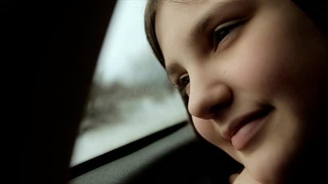 genç kız zevk giden yolda, arabada, kış kayak merkezi - çocuk bayramı stok videoları ve detay görüntü çekimi