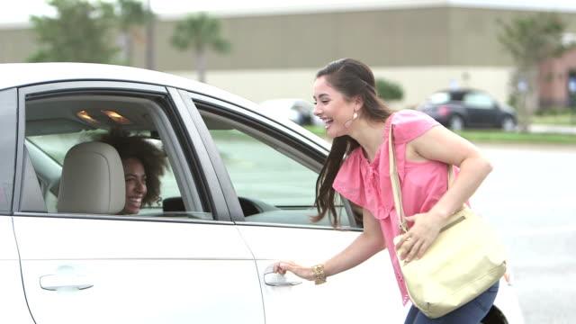 新しい車で友人を拾って車で 10 代の少女 - 入る点の映像素材/bロール