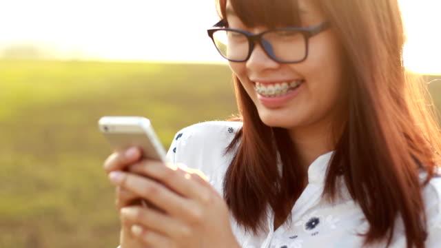 Adolescente en el momento de felicidad - vídeo