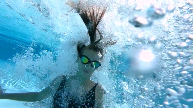 vídeos de stock e filmes b-roll de teenage girl jumped into the swimming pool - jump pool, swimmer