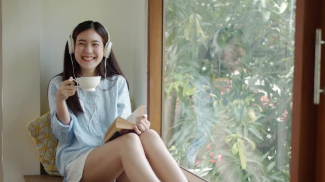 カメラを見て、笑顔の十代の少女 - お茶の時間点の映像素材/bロール