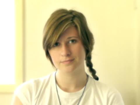 십대 여자아이 루프 - 클립 길이 스톡 비디오 및 b-롤 화면