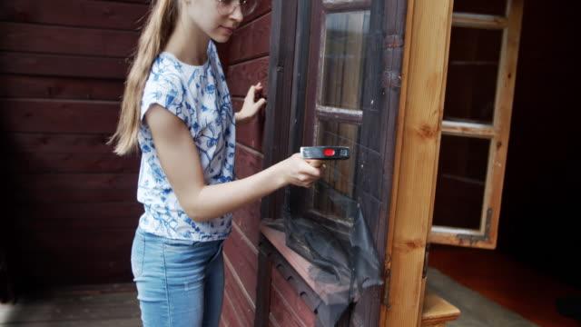 teenager-mädchen machen ad hoc moskitonetz zu hause - moskitonetz stock-videos und b-roll-filmmaterial