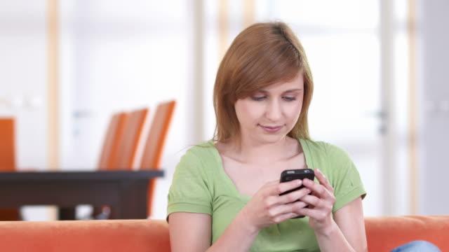 hd dolly: teenage girl sending love text message - endast en tonårsflicka bildbanksvideor och videomaterial från bakom kulisserna