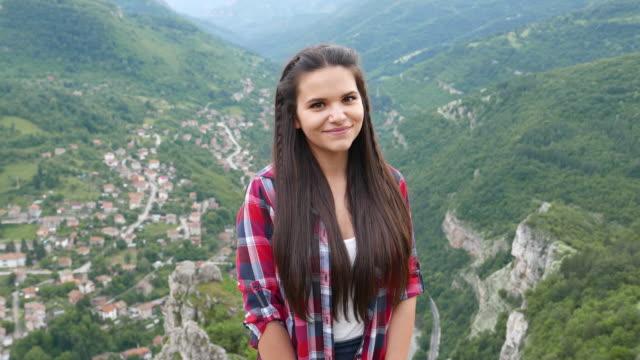 tonårig flicka leende till kameran - endast en tonårsflicka bildbanksvideor och videomaterial från bakom kulisserna