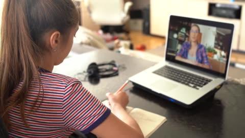 4k teenage mädchen studieren mit video online-unterricht zu hause familie in isolation - lernender stock-videos und b-roll-filmmaterial