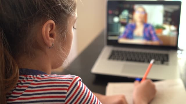 stockvideo's en b-roll-footage met 4k tiener die met video online les thuisfamilie in isolatie bestudeert - youtube