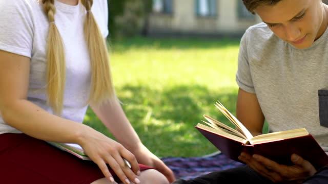 stockvideo's en b-roll-footage met tienermeisje proberen te kussen klasgenoot, jongen weigert, adolescentie en hormonen - flirten