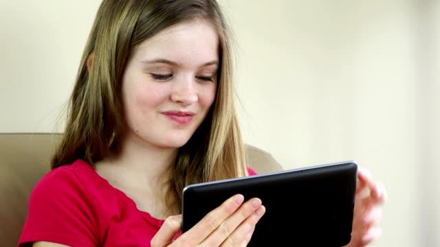 teenage girl using digital tablet - endast en tonårsflicka bildbanksvideor och videomaterial från bakom kulisserna