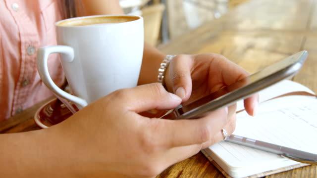 Teenager-Mädchen mit Handy im Restaurant 4k – Video