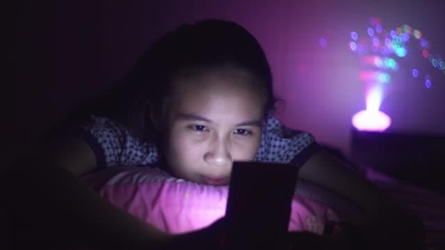 vídeos de stock, filmes e b-roll de adolescente que usa o smartphone na cama - pessoas bonitas