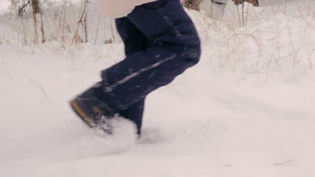 tonårig flicka promenader i vinter skog. - djupsnö bildbanksvideor och videomaterial från bakom kulisserna