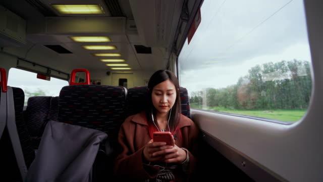 十代の女の子が見て、スマートフォンで楽しい - 美容院点の映像素材/bロール