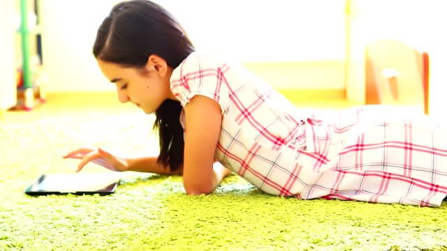 teenage girl with digital tablet - endast en tonårsflicka bildbanksvideor och videomaterial från bakom kulisserna