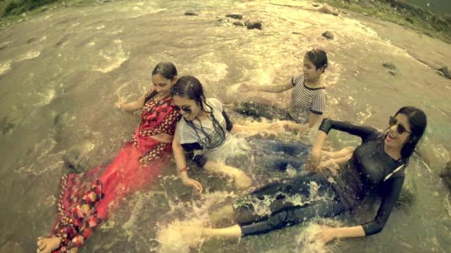 vídeos de stock, filmes e b-roll de adolescentes fazendo o diversão e curtindo no rio com a família. - 16 17 anos