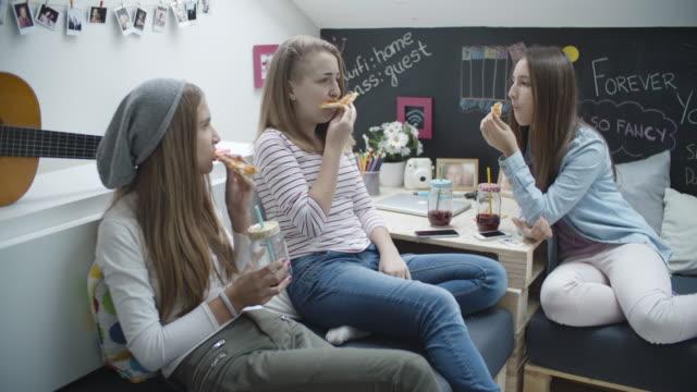 4 k: weibliche teenager essen pizza. - teenage friends sharing food stock-videos und b-roll-filmmaterial