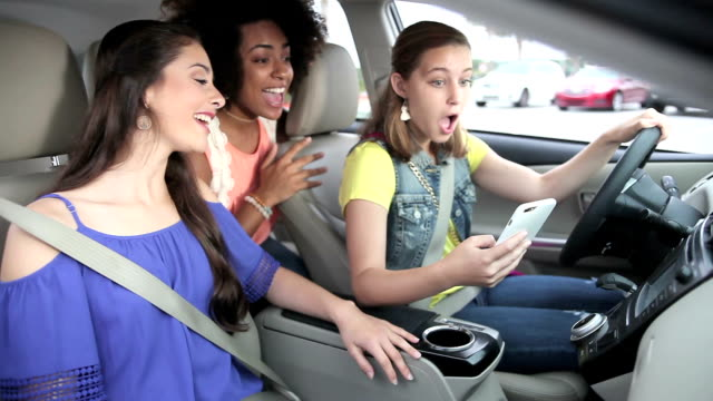 Adolescentes en voiture, téléphone portable, en regardant parler - Vidéo
