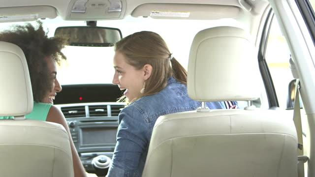 車の座席を前に笑っている 10 代の少女 - 対面点の映像素材/bロール
