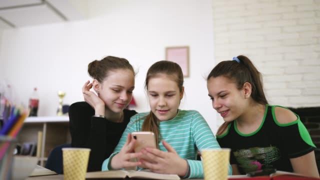 девочки-подростки делают селфи в школе - предподростковый возраст стоковые видео и кадры b-roll