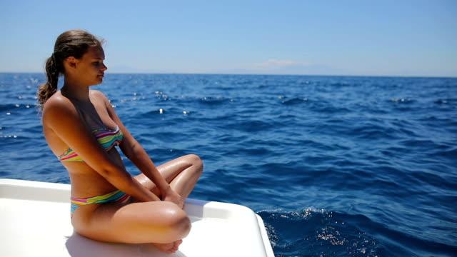 vídeos de stock, filmes e b-roll de adolescentes meninas relaxante no barco à vela - 16 17 anos