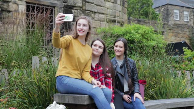vídeos y material grabado en eventos de stock de adolescentes toman un selfie - memorial day weekend