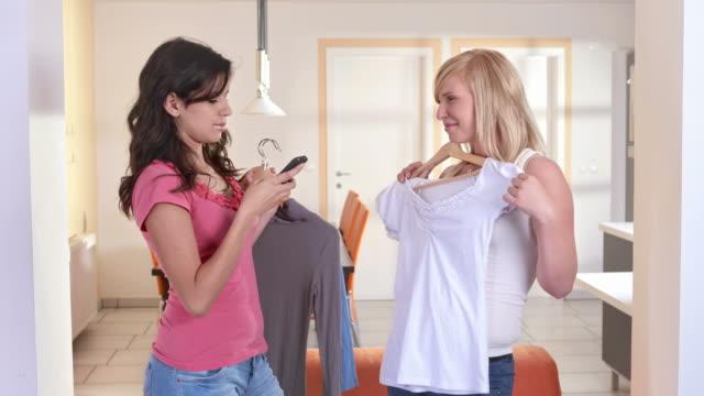 HD : Jeunes filles de prendre des Photos avec de nouveaux vêtements - Vidéo