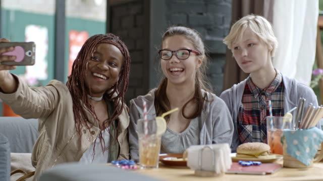 Adolescentes tomando Selfie juntos - vídeo