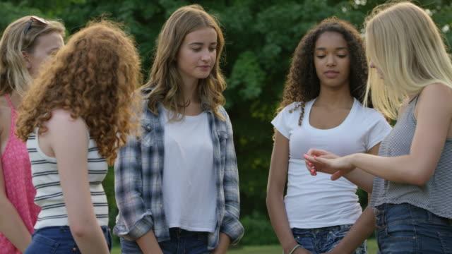 vídeos de stock, filmes e b-roll de garotas adolescentes falando juntos num parque - 16 17 anos
