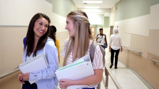 十代の女の子は一緒にクラスに歩く - 新学期点の映像素材/bロール