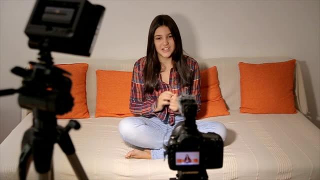 подростковая девушка-видео блог для youtube - influencer стоковые видео и кадры b-roll