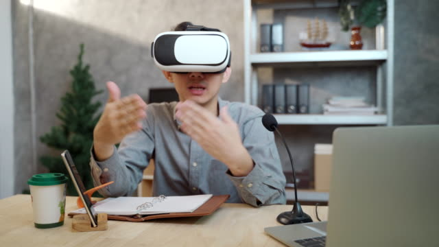 10代の男子学生は、レッスンを学び、自宅でインターネット上の研究を行うためのバーチャルリアリティヘッドセットを着用 - オンライン会議点の映像素材/bロール