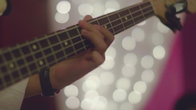 ベースギターを弾く 10 代男 ビデオ