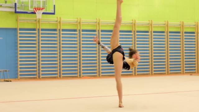 vídeos y material grabado en eventos de stock de atleta de gimnasia rítmica de adolescentes haciendo una pirueta - gimnasia