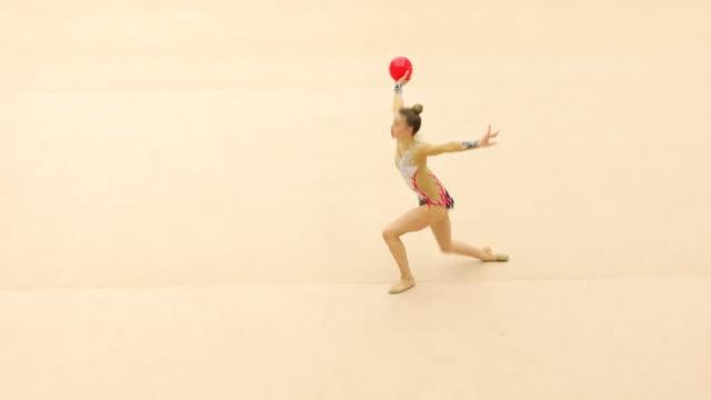 vídeos de stock, filmes e b-roll de atleta de ginástica rítmica adolescentes treinando com bola - ginástica