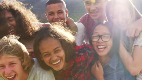 vídeos y material grabado en eventos de stock de amigos de la escuela adolescente sonriendo a la cámara al aire libre, primer plano - actividades recreativas
