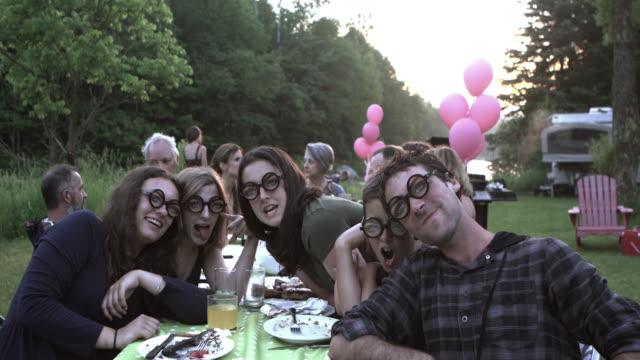 Adolescentes fiesta Selfie gran familia al aire libre - vídeo