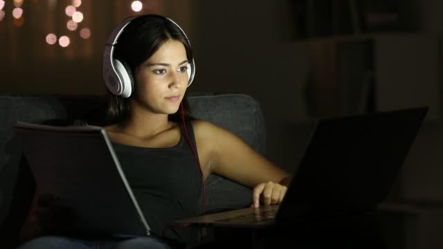 vídeos y material grabado en eventos de stock de estudiante adolescente comparando notas con una computadora portátil - navegar por la red