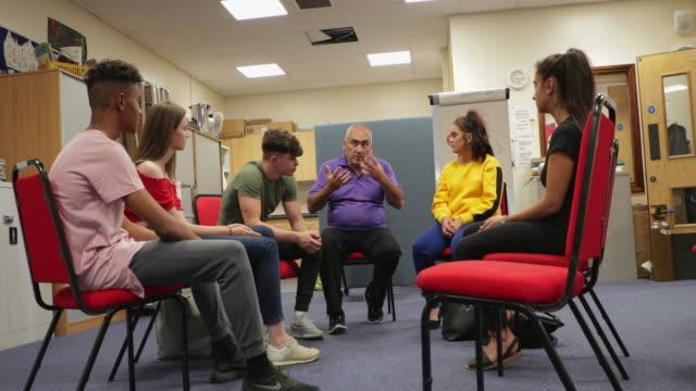 十代のサポート グループ - community activism点の映像素材/bロール